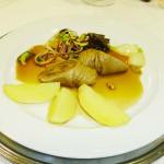 Kalbsroulade Saltimbocca auf Zucchinisalat mit Frühlingszwiebeln und Salzkartoffeln