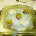 Matjes-Röllchen-mit-Apfelschmand-und-Avocado-Chili-Salsa
