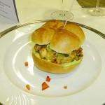 Burger von der Lachsforelle mit Avocado-Mayo und Dill-Gurken