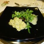 Omlette mit schwarzen Trüffeln auf Blattsalaten
