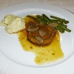 Kräuter Rinderfilet an Tüffelkartoffel und grünen Bohnen